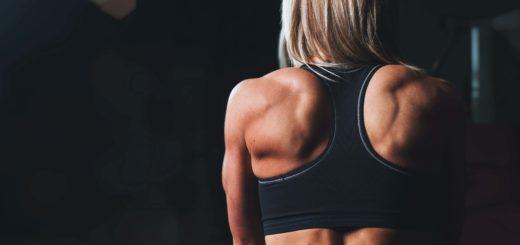 Kvinde med stærk ryg og sports-bh